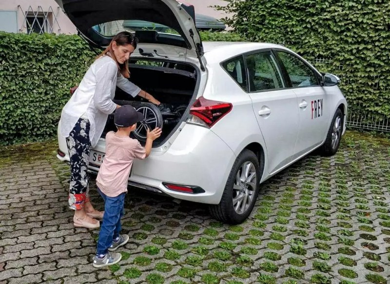Auto mit Kinderwagen beladen Nuna Mixx Toyota Auris