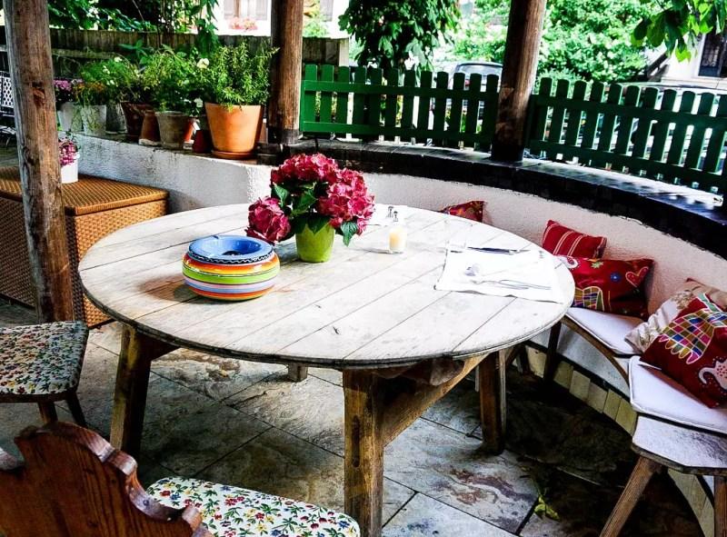 Holztisch im Seehof Goldegg
