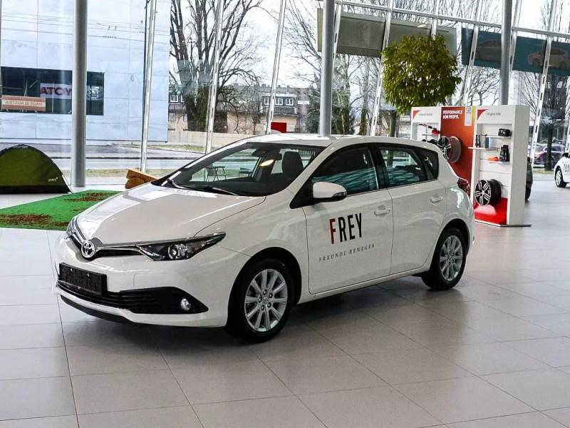 weißer Toyota Auris 1,33 5 Active Übernahme