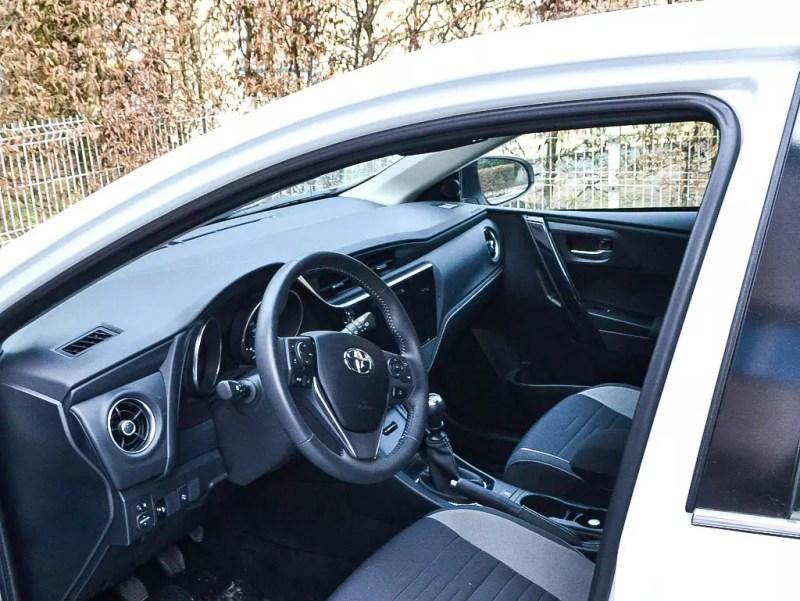 Fahrersitz weißer Toyota Auris 1,33 5 Active