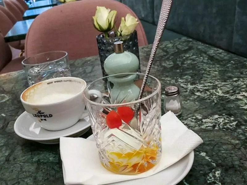 Ei im Glas und Kaffee