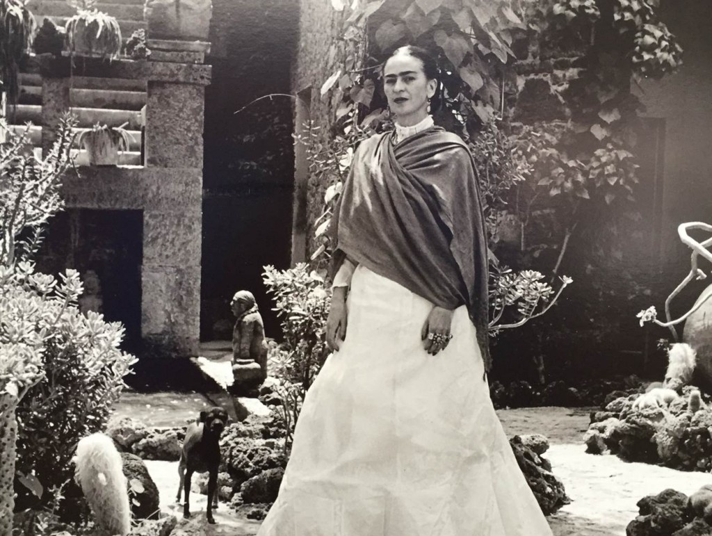 Frida Kahlo posa nel giardino di Casa Azul in Messico. Courtesy of The New York Botanic Garden.