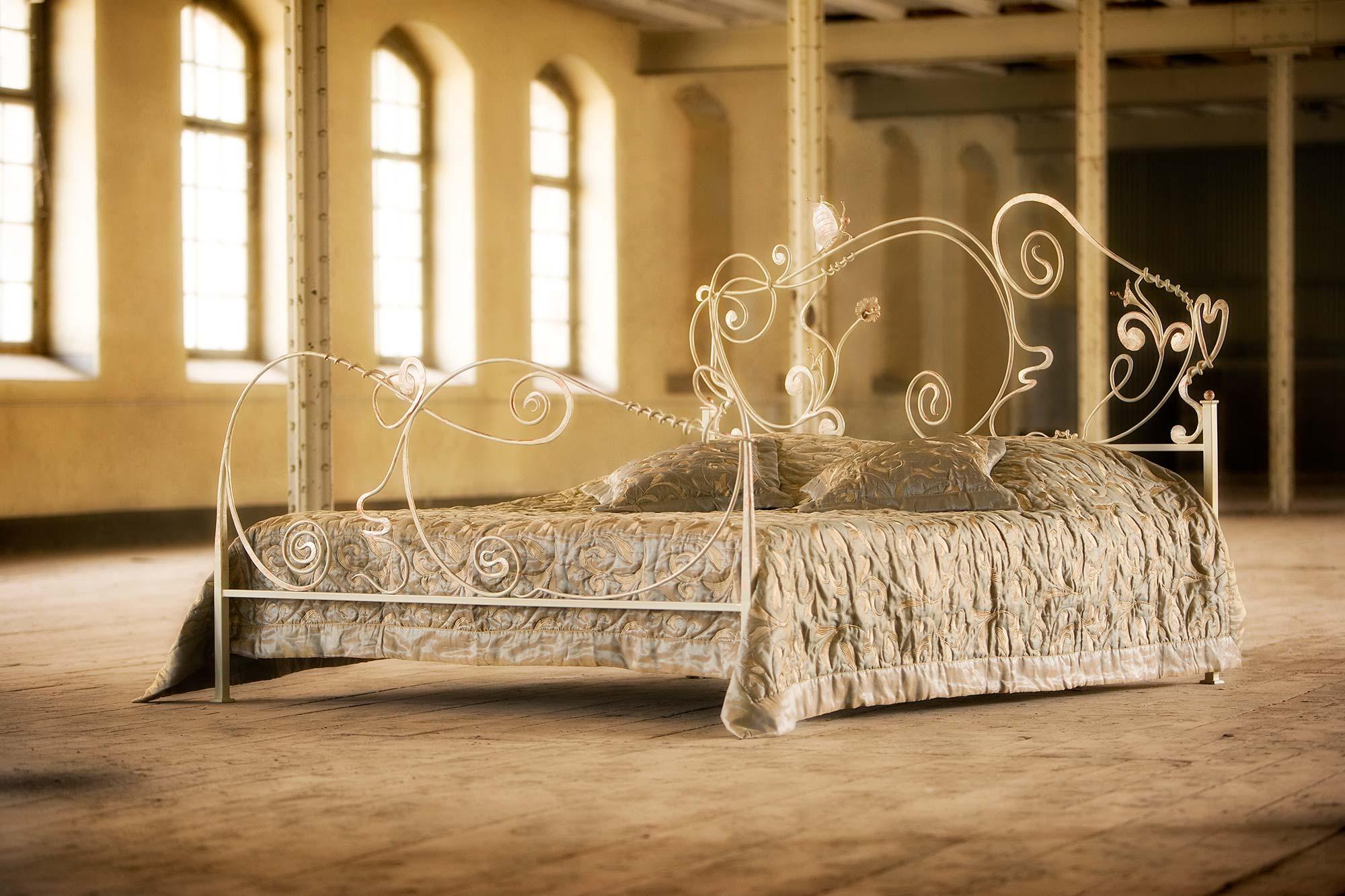 Metallbetten Betten aus Glas Nachttische  Beistelltische