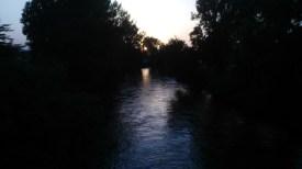 Cantico dei Cantici. Le acque appena illuminate del fiume Nera a Cospea Terni Umbria Italia
