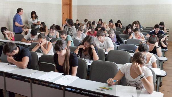 Alumnos haciendo examen