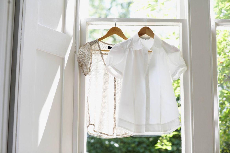 Áo trắng bị dính bẩn lâu ngày làm sao để giặt sạch?
