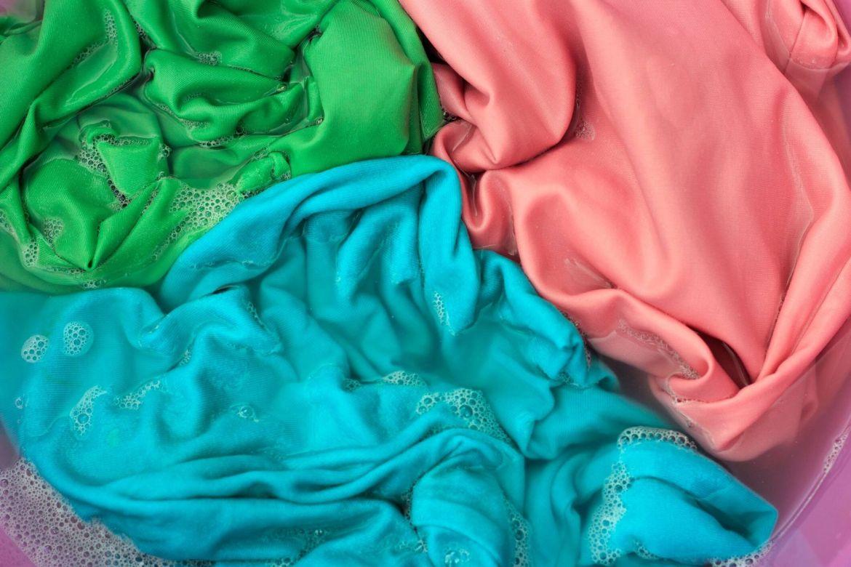 Giặt vải lụa tơ tằm nên giặt tay là tốt nhất. Nếu giặt máy lụa tơ tằm thì chọn chế độ giặt nhẹ nhất