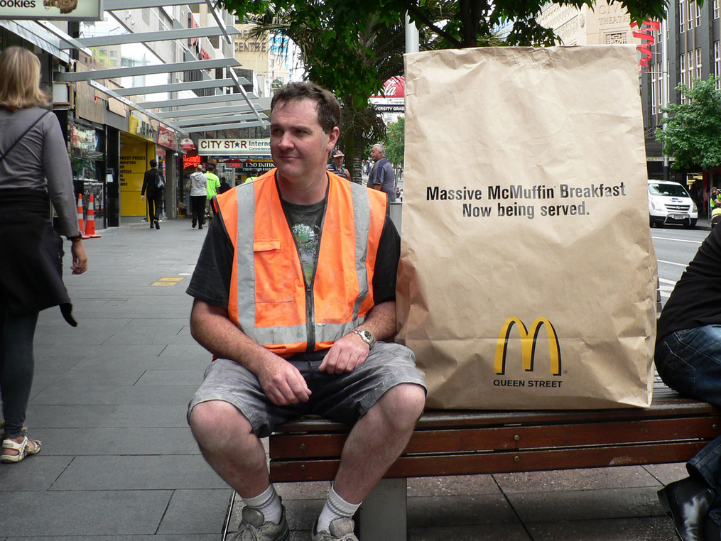 Guerrilla campagne grote McMuffin in een grote zak