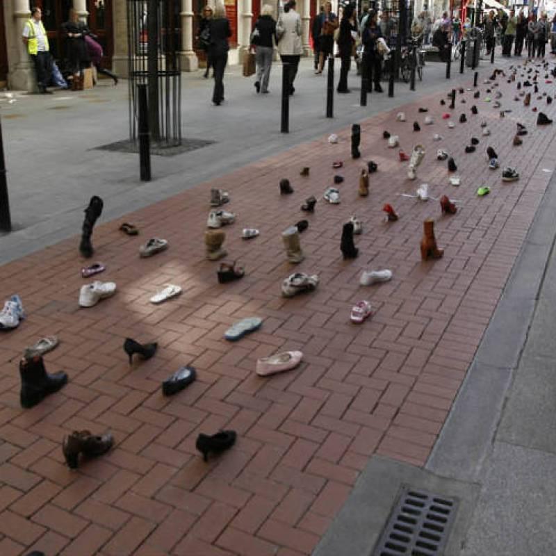 Guerrilla marketing campagne rij schoenen op straat