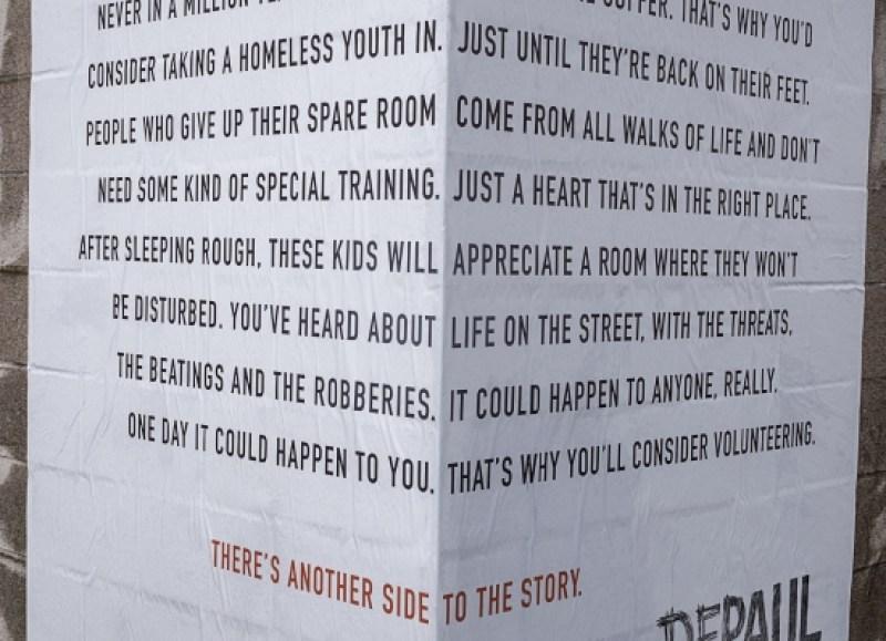 Guerrilla marketing campagne daklozen dubbel tekst stenen muur