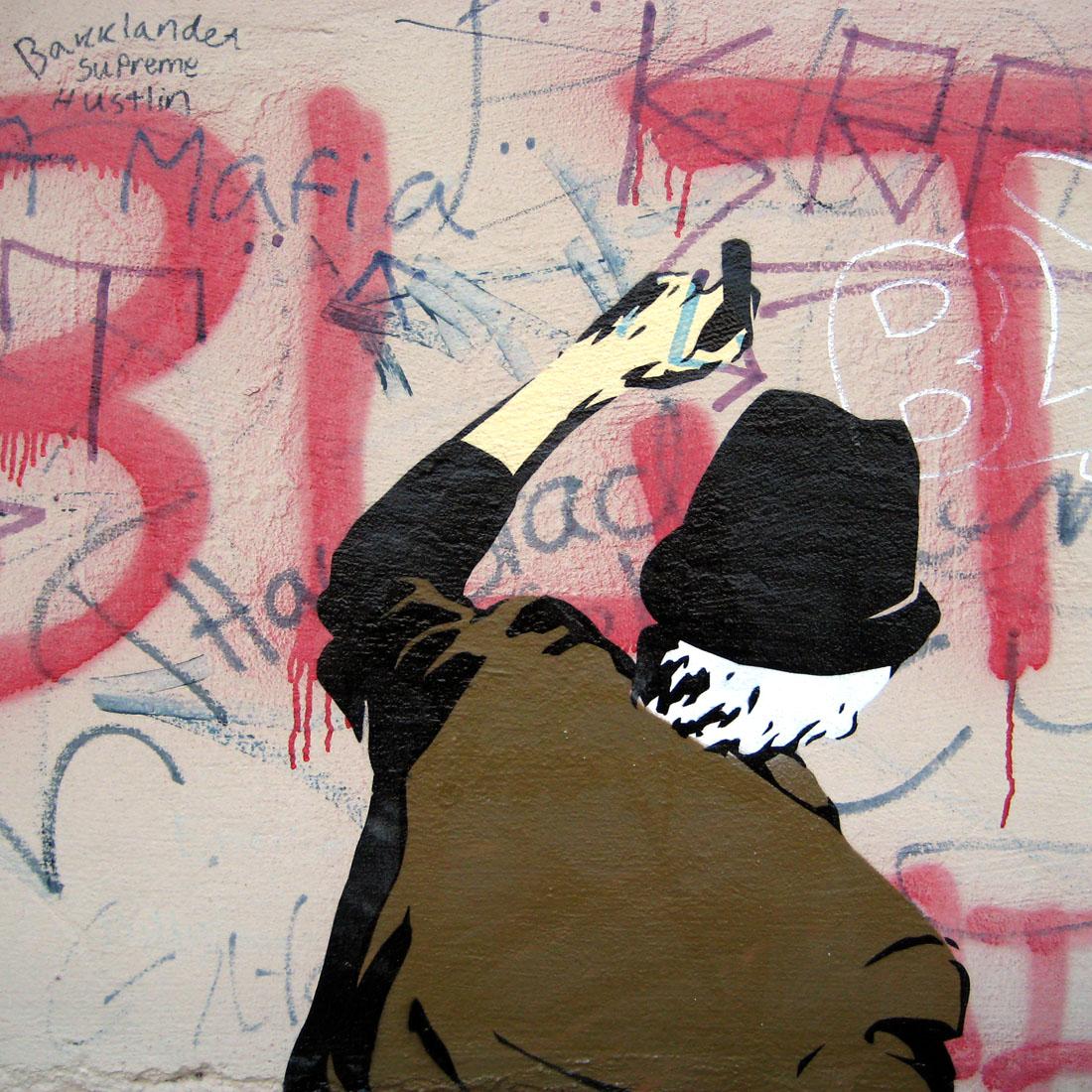 oude man aan het tekenen op de muur
