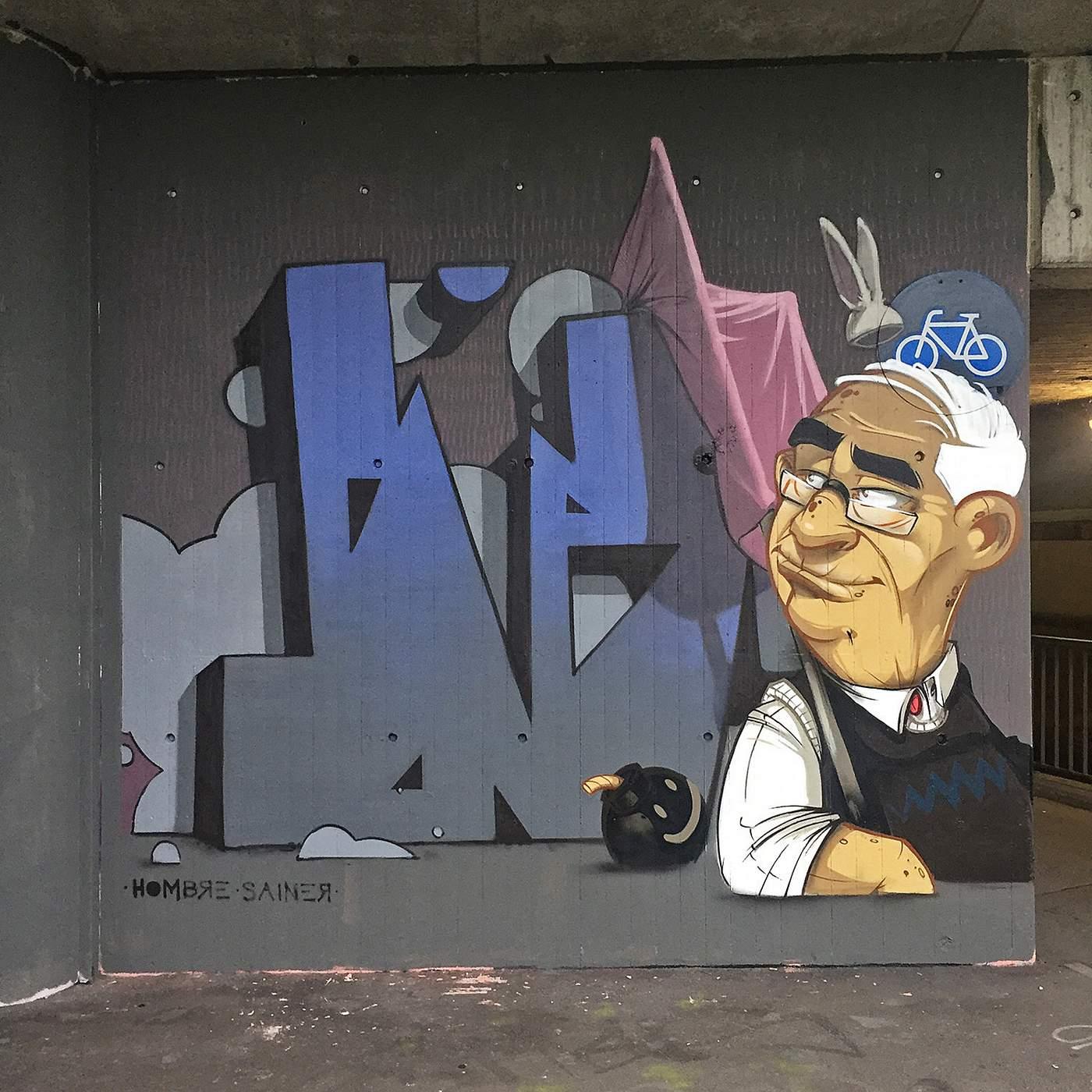 een muurtekening van een oude man
