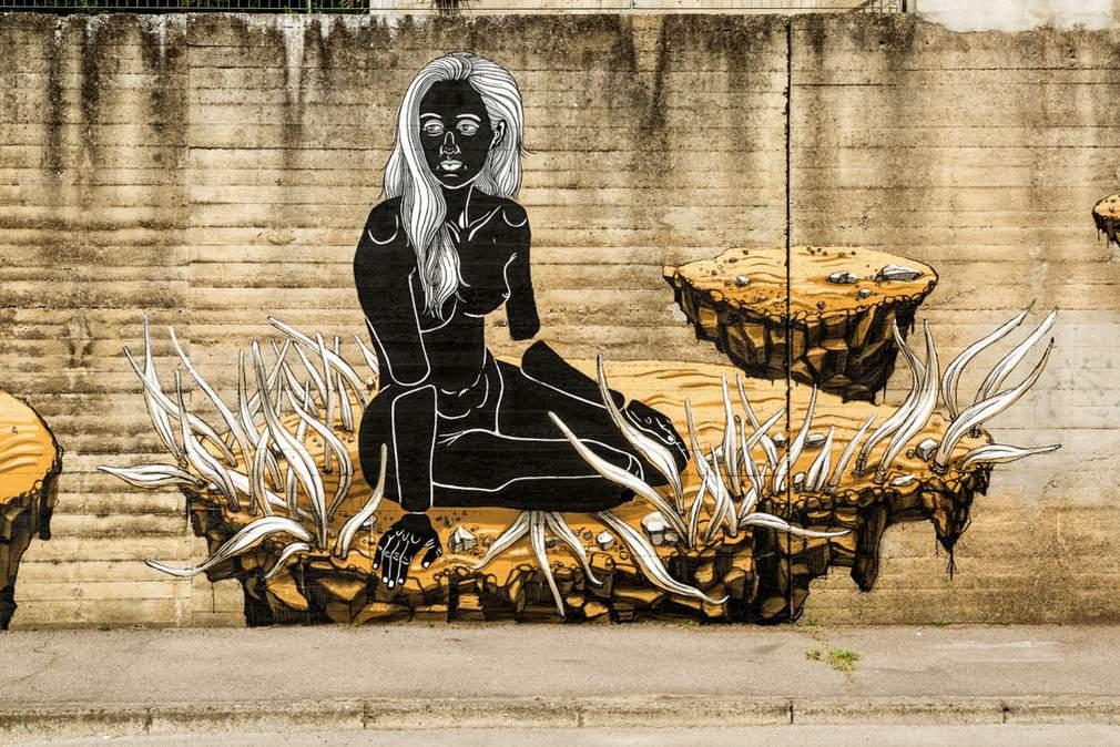 vrouw op zwevend rotsblok
