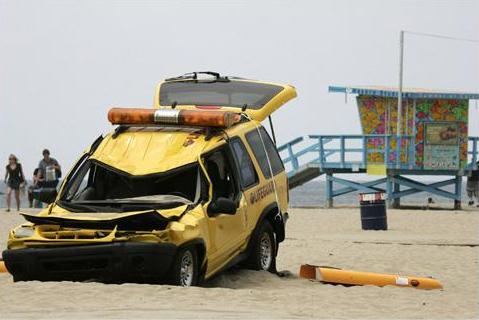 087 001 verwoestte auto
