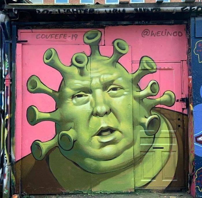 Donald Trump op buitenmuur met Corona/Shrek gezicht