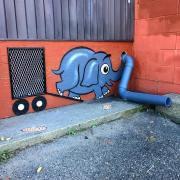 Olifant met buis als slurf op muur