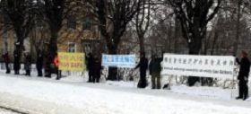 拉脱维亚首都里加,法轮功学员在中使馆对面揭露真相,反迫害。