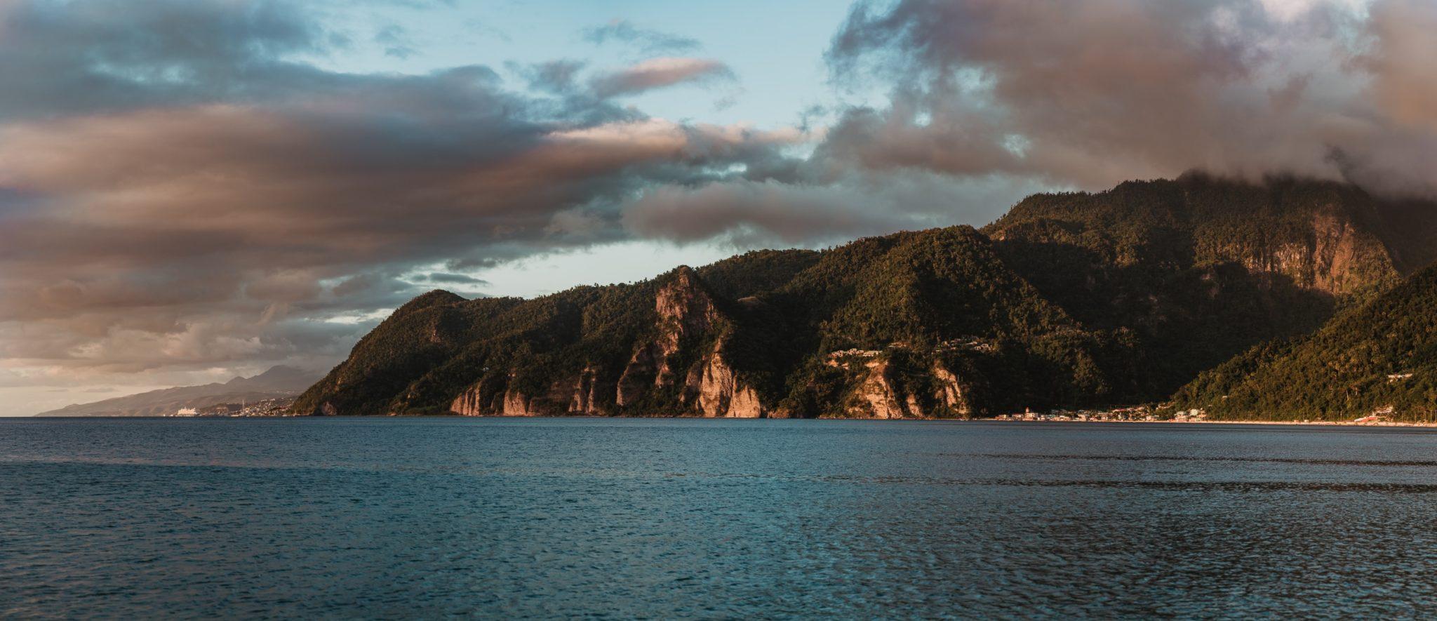 Roseau, la capitale et le paquebot de croisière depuis Scotts Head Dominique