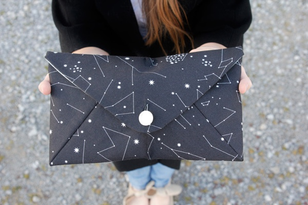 Don't you love this cute clutch? It's so easy to sew that you could make one to go with every outfit!