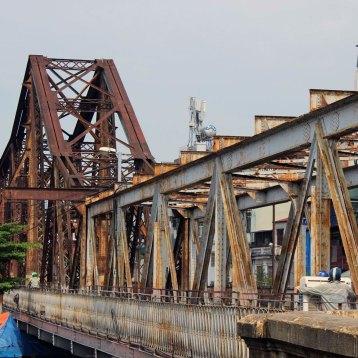 ロンビエン橋はフランス植民地時代に架けられ、横にしたエッフェル塔とも言われた