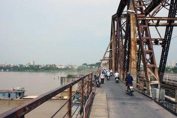 紅河(ホン川)を走る船が橋をくぐる