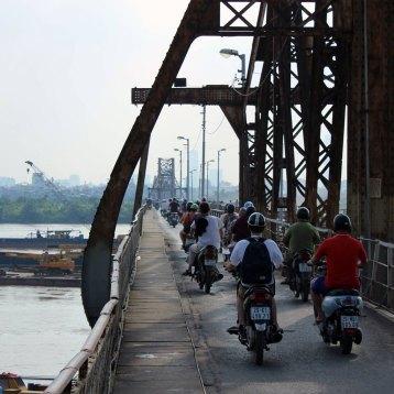 帰りもまた、反対路線を歩くー 場所: ロンビエン橋