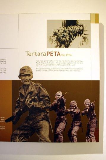 350年間植民地支配を続けてきたオランダを追い出した日本軍は、将来のインドネシア独立を念頭にPETA(郷土防衛義勇軍)を設立