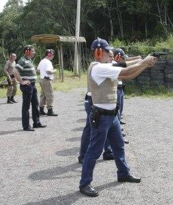 Prefeito acompanha treinamento de tiro Guarda Municipal 25 01 11 Foto Rafael Weiss 185