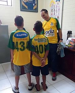 As crianças uniformizadas. Foto: Núcleo de Prevenção