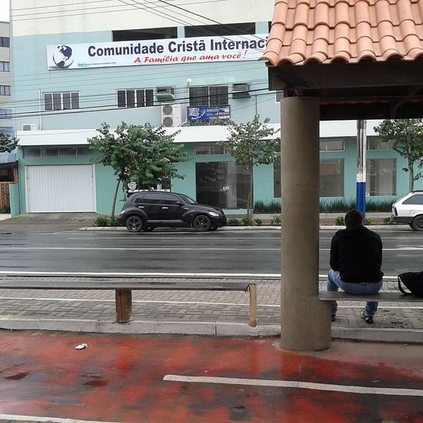 Ponto de ônibus na confluência da Av. do Estado com a 3ªAv., um dos pontos mais movimentos de Balneário Camboriú. Metade não possui abrigo.