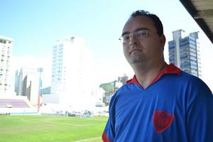 O autor Fernando Alécio, na arquibancada do estádio Dr. Hercílio Luz, vestindo a réplica da camiseta utilizada pela equipe campeã estadual de 1963. Foto: Anderson Bernardes/Ipêamarelo
