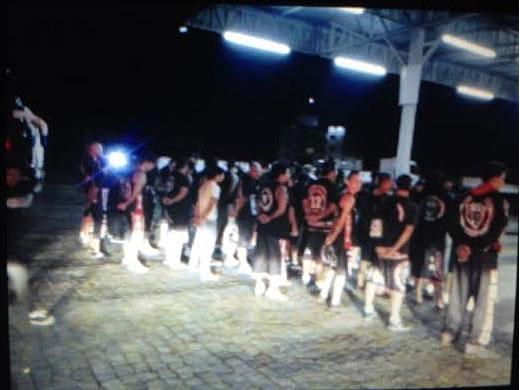 No momento em que deixavam o local, todos foram abordados pelas guarnições e revistados. Foto: 12 BPM / Divulgação