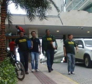 Momento da prisão do vice-prefeito Giliard Reis na sua residência, no edificio Atlantic Paradise, na Meia Praia.  (Mauricio Barth)