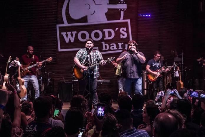 Cesar Menotti e Fabiano sobrem ao palco do Woods no sábado, dia 26. (divulgação)