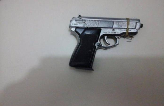 Os clientes acabaram investindo contra um dos assaltantes, pois ele portava uma pistola falsa da cor cinza.