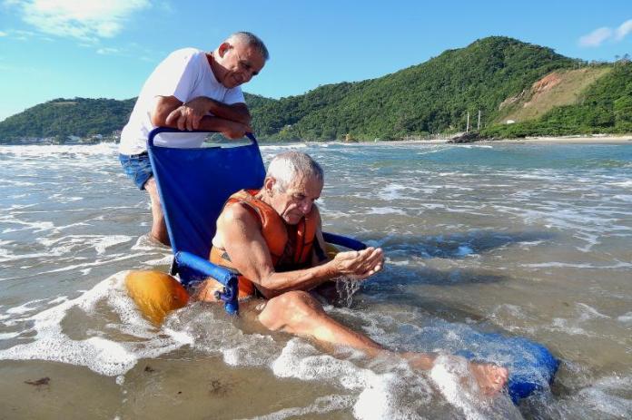 Projeto Rodas ao Mar idoso itajai