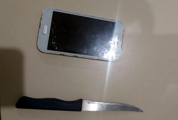 faca e celular
