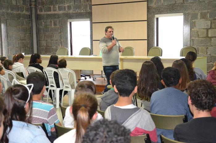 Cerca de 400 jovens participam das palestras promovidas pelo Projeto Aquarela