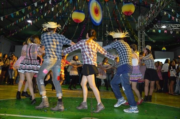 Faculdade Avantis promove festa junina com maior fogueira de Balneário Camboriú
