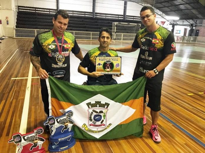 Atletas de levantamento de peso representam Camboriú em campeonato de força
