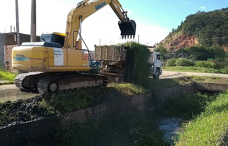 Canais de drenagem são limpos no bairro Rio Pequeno em Camboriú