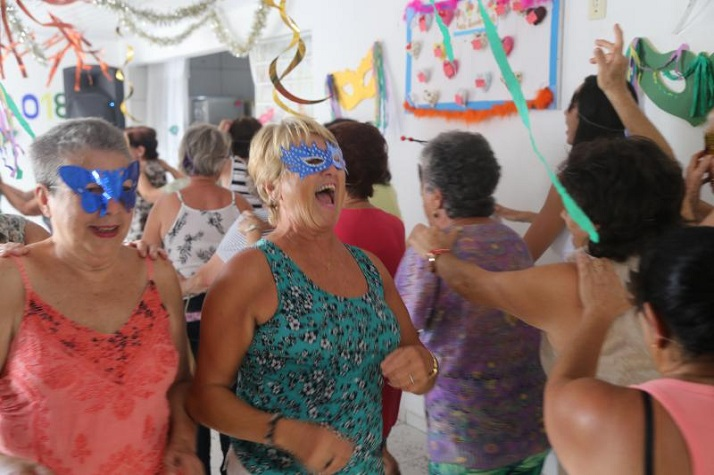 Idosos se divertem em Carnaval itajai