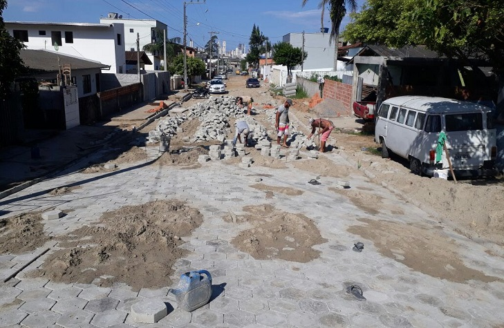 Pavimentação comunitária é iniciada em trecho da Rua Monte Castelito