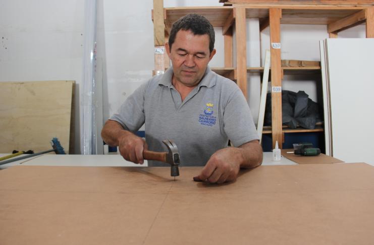 Secretaria de Educação monta marcenaria para fabricação própria de móveis