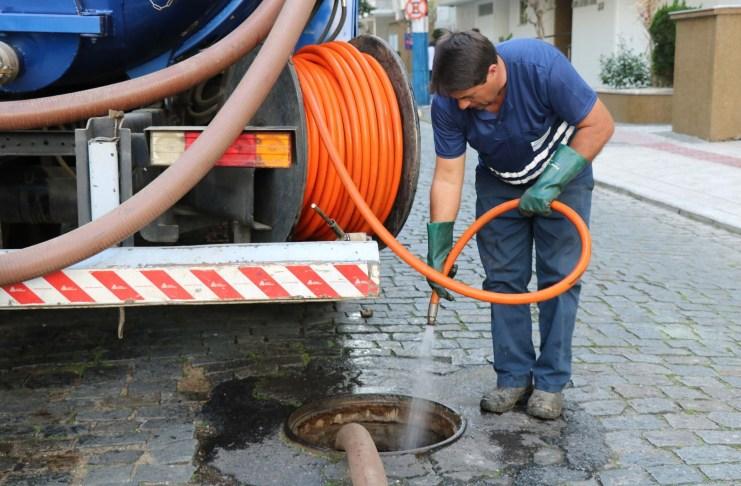Limpeza preventiva da rede coletora é realizada em ruas do Centro