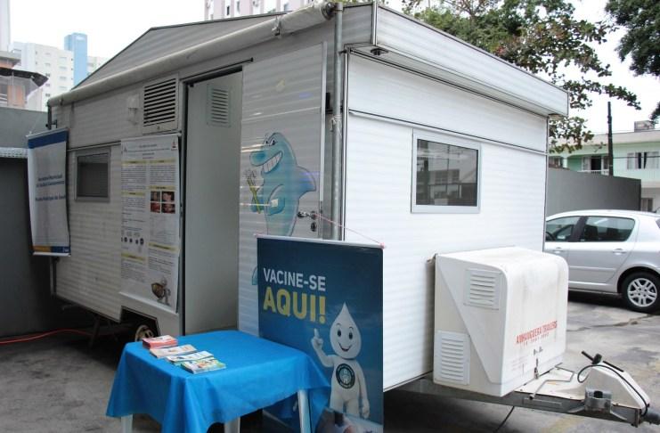 Trailer da saúde está disponibilizando vacinas no Centro