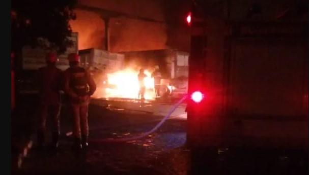 incendio bayeux - Incêndio atinge caminhões estacionados em garagem no município de Bayeux