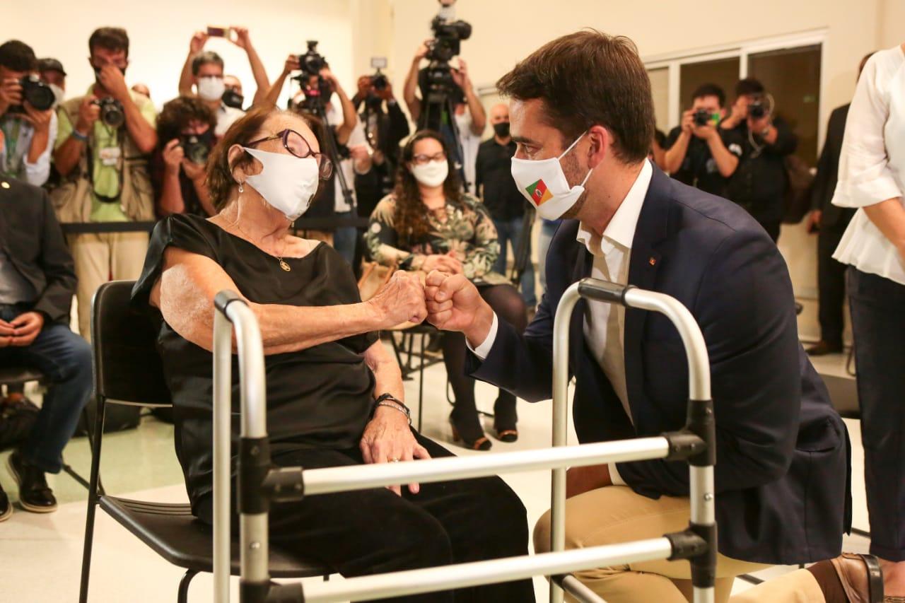 No HCPA, governador Leite cumprimenta Eloina Gonçalves Born, 99 anos, a pessoa com mais idade entre as cinco primeiras vacinadas - Foto: Gustavo Mansur / Palácio Piratini
