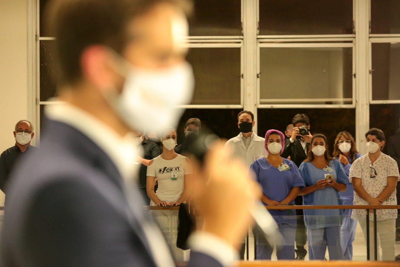 Por conta da pandemia, participação foi restrita: no final, jornalistas puderam fazer perguntas ao governador em videocoletiva - Foto: Gustavo Mansur / Palácio Piratini