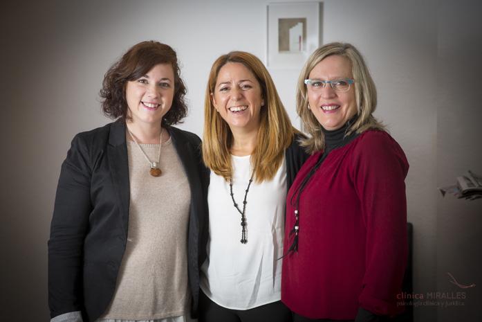 Aquí estamos el equipo completo de Clínica Miralles. De izquierda a derecha: Raquel María (psicóloga), Raquel Durá (psicóloga) y Sari (administrativa).